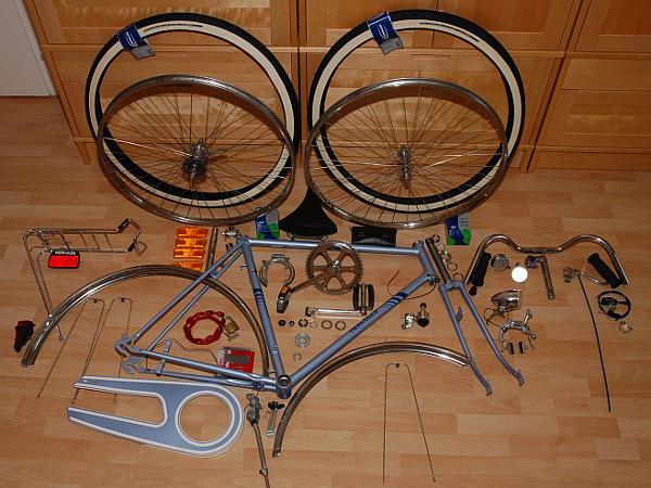 Die Einzelteile des Fahrrad schön ordentlich auf dem Fußboden verteilt