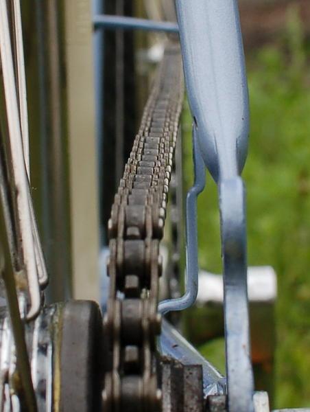 Ich ahnte es ja schon, als ich das ungleichmäßig abgenutzte Kettenritzel sah: Die Kettenlinie stimmt nicht. Am hinteren Ritzel liegt die Kette links an. Zum Kettenrad hin beschreibt die Kette eine Linkskurve.