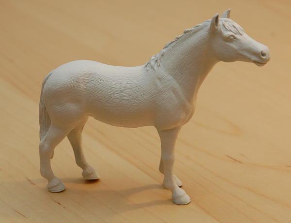 Das weiß gestrichene Spielzeugpferd