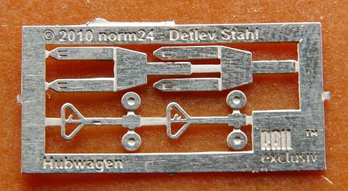 Die Ätzplatine für zwei Hubwagen: Im Original ist sie nur 2 cm breit.