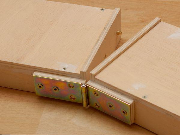 Das Scharnier ist bisher nur mit zwei Schrauben angeschraubt. So lässt sich das Modul zum Basteln besser trennen. An der gegenüberliegenden Seite der Kopfplatte sieht man den Passstift der Verbindungsstifte.