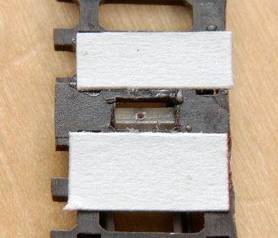 Die Papierstreifen verhindern, dass Schottermaterial durch die Löcher des Stelldrahts fällt.