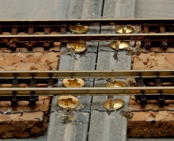 Die Schrauben sind eingedreht und das Schwellenrost entfernt. Das vordere Gleis schwebt etwas, weil es noch nicht angeklebt ist.