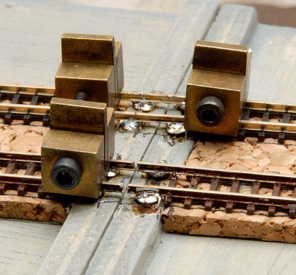 Die Gleise sind fest gelötet. Die Gleisbauklammern benutze ich zur Wärmeableitung. Das vordere Gleis ist schon getrennt.