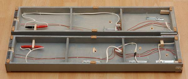 Die recht übersichtliche Verdrahtung: Die Kabel sind im Zickzack um die Löcher für die Stelldrähte herum gelegt. Der Halter für die Verbindungsstecker ist ein einfaches Holzbrettchen, mit einem 4 mm-Loch. Hier wird der Stecker durchgesteckt. So kann die Buchse darauf gesteckt werden.