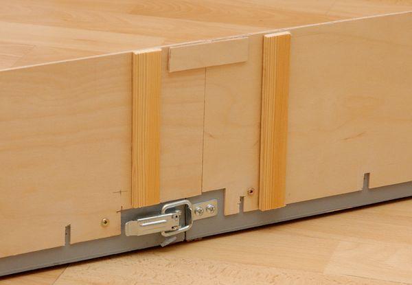 Die Hintergrundkulisse ist montiert. Die Schlitze sind für die Weichenstellstangen vorgesehen. Die senkrechten Hölzer stabilisieren die Holzplatte, das waagerechte führt beide Seiten exakt zusammen.