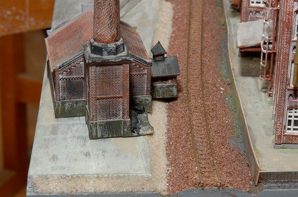 Der Eingangsbereich und das Gelände des Kohlehaufens ragen übe das Gelände hinaus.