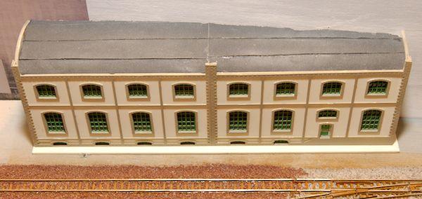 Nun steht das Gebäude parallel zum Gleis.