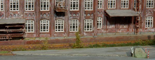 Zwei Büsche aus der H0-Grasmatte von Polak säumen das Gleis.