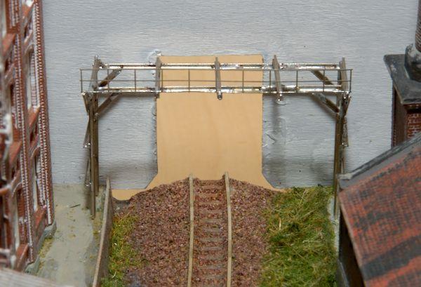 Die Brücke im Rohbau an ihrem vorgesehenen Platz