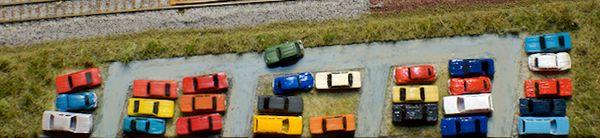 Der Fahrer des grünen R4 sorgt für Aggressionen. Der des blauen Käfers hat versucht, noch etwas von der Durchfahrt frei zu halten.