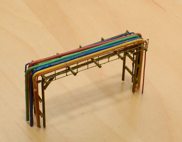 Die Brücke mit farbigen Leitungen