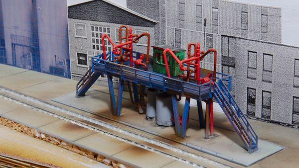 Die Fläche ist betoniert. Nun müssen noch die Zwischenräume am Gleis gespachtelt werden.