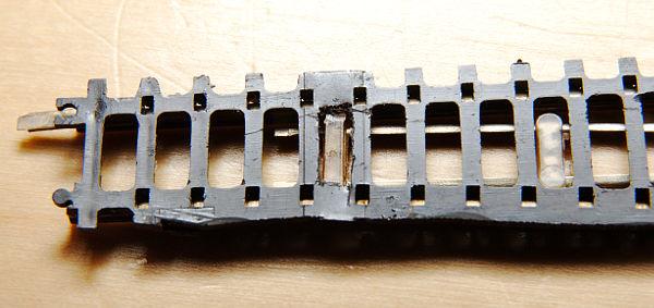 Die Weiche von unten: Die Stellschwelle ist von unten freigelegt und das Loch ist gebohrt.