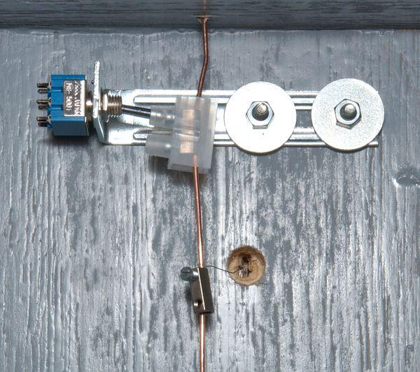 Der Stellmechanismuss von unten: Das Kunststoffgehäuse der Lüsterklemme steht schräg.