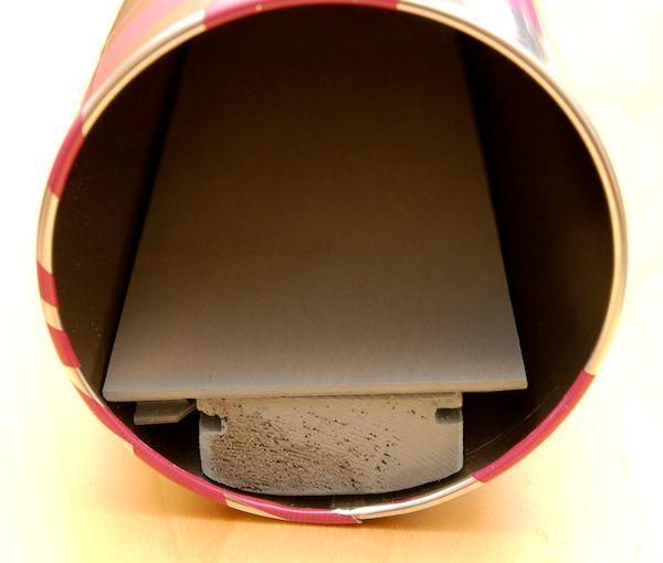 Ein Blick ins Dunkle: Der Schubladenmechanismus ist eingeklebt und die Schublade eingesteckt.