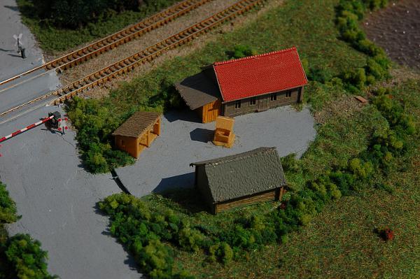 Der auf einer Holzplatte aufgebaute Bauernhof ist nicht ordentlich in die Landschaft eingepasst. Die Häuser lassen sich nach einer Aufarbeitung sicher weiter verwenden.