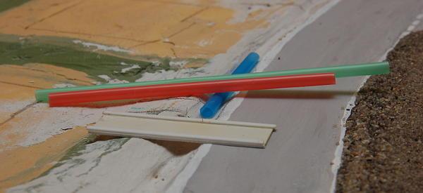 Im Vordergrund die Betonüberfahrten im Rohbau, dahinter meine mühsam ergatterten Strohhalme: Der blaue zeigt, dass der Rohrdurchmesser eigentlich zu groß ist.