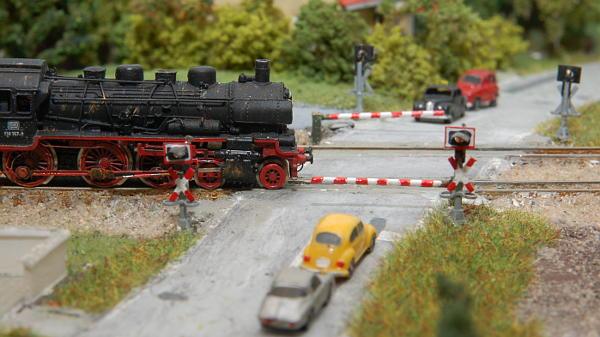 Die P8 passiert den Bahnübergang.