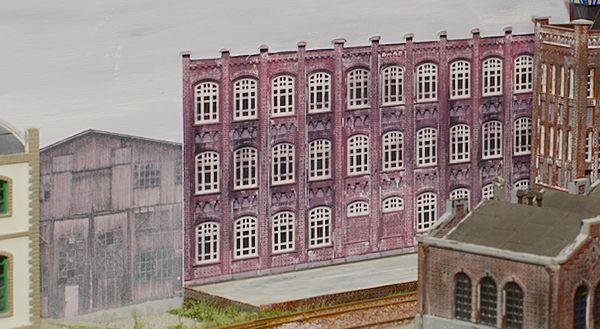 Die Fabrik ist noch in der Originalfarbe, der Holzschuppen nicht.