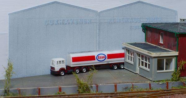 Der LKW fährt auf den Hof der Ölverladung.