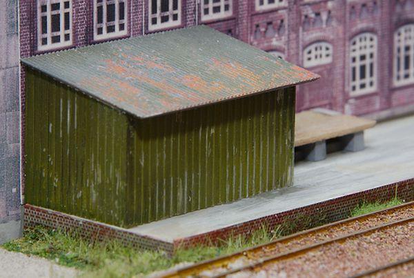 Der Vorbau schützt den nicht vorhandenen Eingang zum Fabrikgebäude.