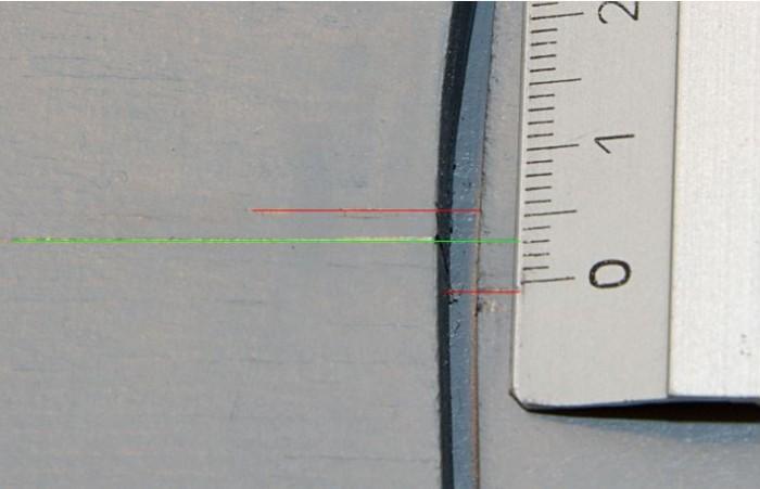 Die roten Linien zeigen die Abweichung beim ersten Markierungsversuch. Die grüne ist nun die exakte Gleismittenlinie.
