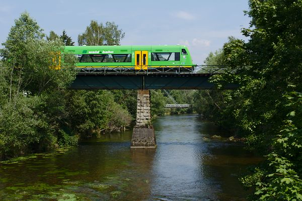 In Zwiesel führt die Strecke Grafenau - Zwiesel über den Fluss Regen. Hier fährt der Triebwagen um 13:08 Uhr über die Brücke.