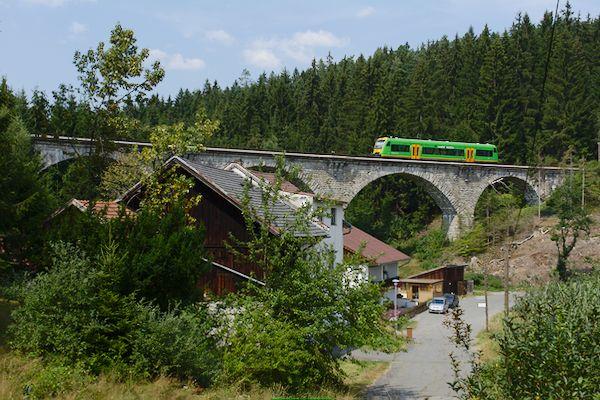 Die Strecke von Zwiesel nach Bodenmais bietet einige offene Blicke auf die Strecke. Hier fährt der Zug um 13:49 Uhr über den Viadukt von Reisachmühle.