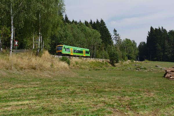 In Burgstall gibt es nur einen einsamen Bauernhof. Von hieraus hat man einen schönen Blick auf die Bahn.