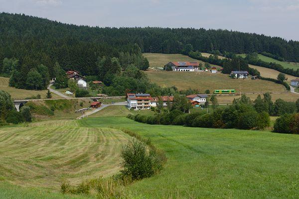 Durch das Dorf Außenried fährt der Zug um 14:45 Uhr nach Zwiesel.