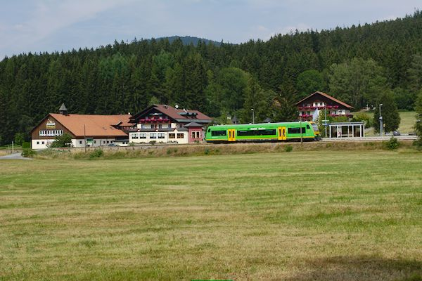 Das Hotel Böhmhof hat eine eigene Bahnstation. Um 15:23 Uhr verlässt der Treibwagen den Bahnhof Richtung Bodenmais.
