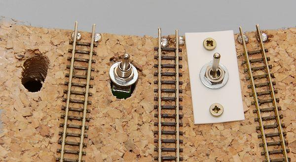 Die Arbeitsschritte von links nach rechts: Loch bohren und aufweiten, Schalter passt herein, Montageplatte und Schalter sind montiert.