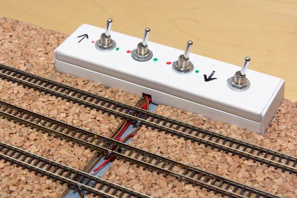 Das Schaltpult ist fertig. Die Pfeile weisen auf die Lage der Gleise hin.