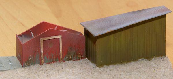 Die Gebäude sind aufgeklebt. Eine erste Schicht Sandspachtel ist wird die Grundierung für die Landschaft sein.