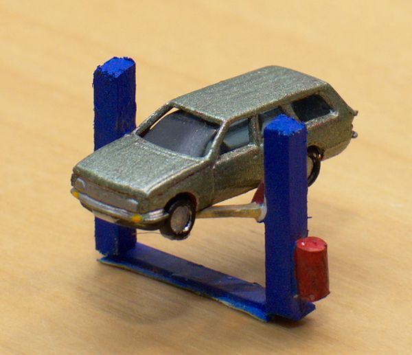 Der Opel Rekord E ist hoch gefahren und wartet auf die Reparatur.