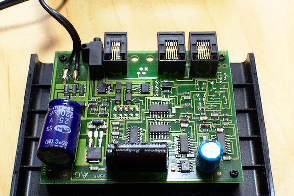 Im Leistungsteil oben links ist ein achtbeiniger IC abgeraucht.