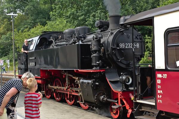 Oma erklärt dem Enkel die Technik der Dampflokomotive.