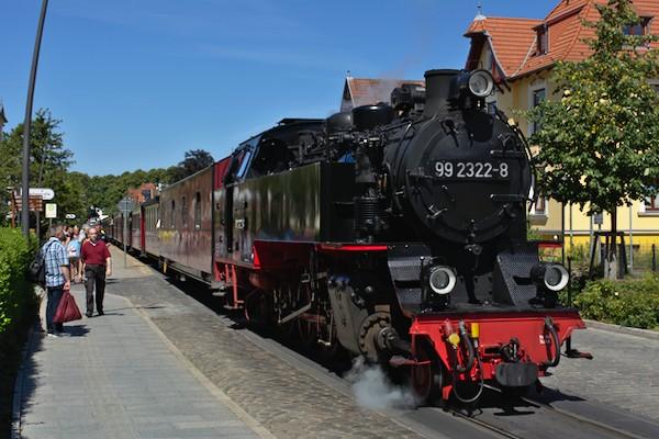 Der Zug am Haltepunkt Goethestraße