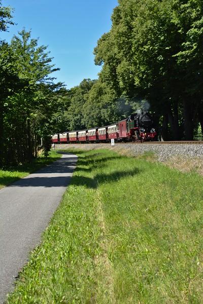 Auf dem Rückweg hat er gerade den Bahnhof Rennbahn durchfahren.