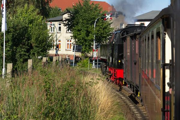 Dann fährt der Zug zum Bahnhof Rennbahn.