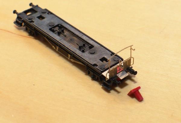 Das Sprengwerk ist angeklebt, das Geländer provisorisch aufgelegt. Der Kupplungszapfen liegt als Beispiel davor.