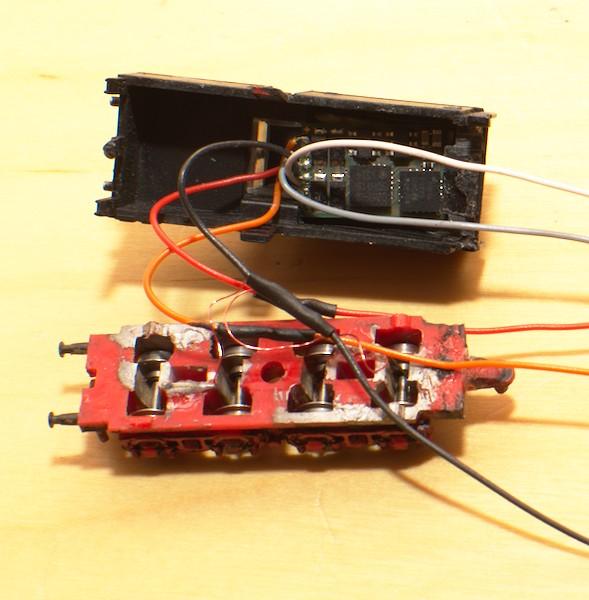 Der Decoder klemmt von allein im Tendergehäuse. Die Lackdrähte der Tenderstromabnahme sind an die Kabel gelötet.