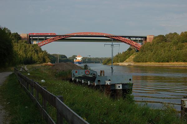 Am 20.7.09 hat RB 19726 vor kurzem Suchsdorf verlassen und kreuzt um 18:54 Uhr die Brücke in Richtung Norden.