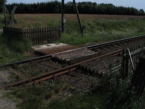 Der Grund für die Zäune ist hier zu erkennen. Zwischen und neben den Gleisen liegt eine aus Dreieckshölzern hergestellte Barriere, die bis zum Zaun reicht.